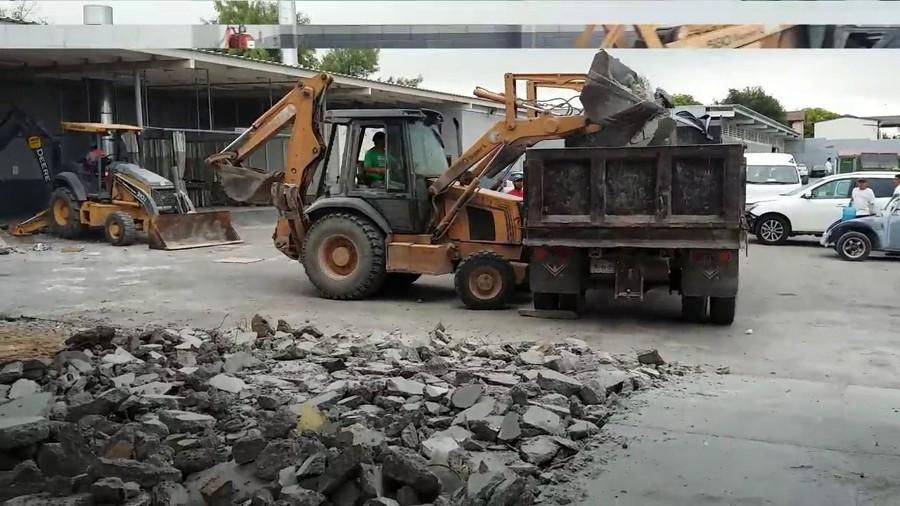 Con camión y excavadora