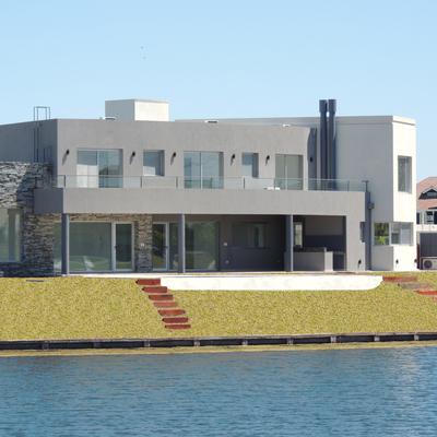 Exterior de casa pintada de gris
