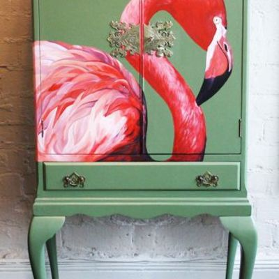 Mueble pintado con dibujo a mano