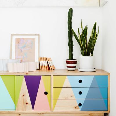Muebles pintados de varios colores