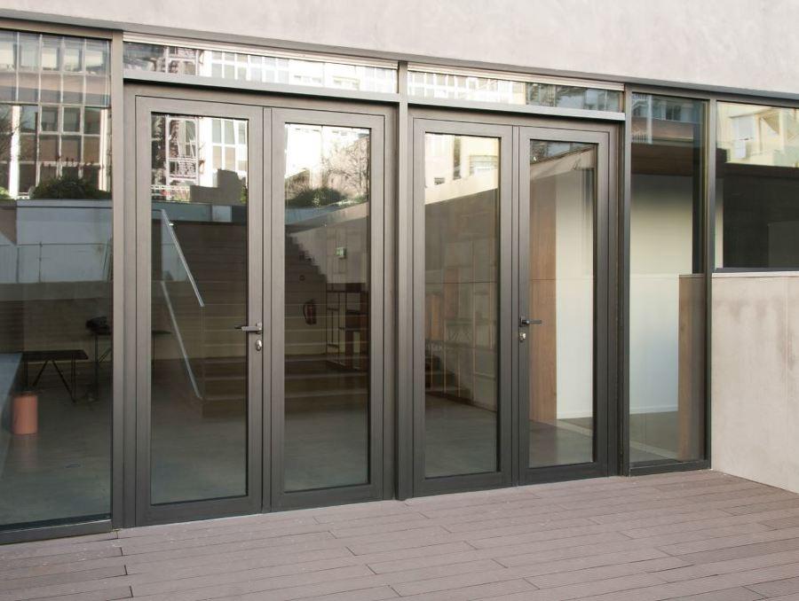 Puertas de aluminio abatibles.