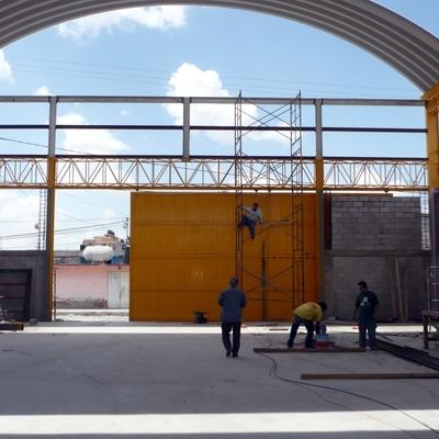 pintar las paredes de una nave industrial