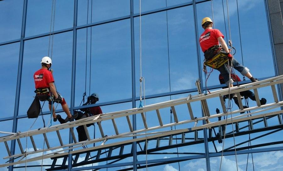 Limpieza en altura de vidrios y ventanales