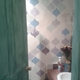 Baño de visitas, pared con estenciles.