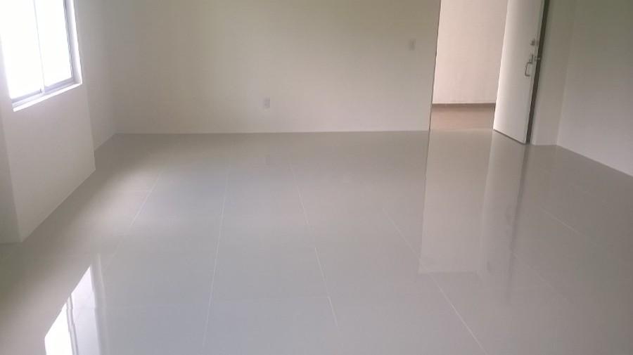 Foto piso de porcelanato en departamento de espacios for Fotos de pisos de diseno