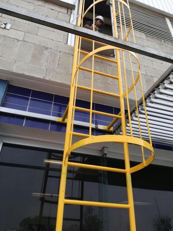 Foto fabricaci n y montaje de escalera marina de adegamo for Cuanto vale una escalera