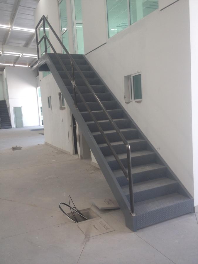 escaleras de oficinas en bodega