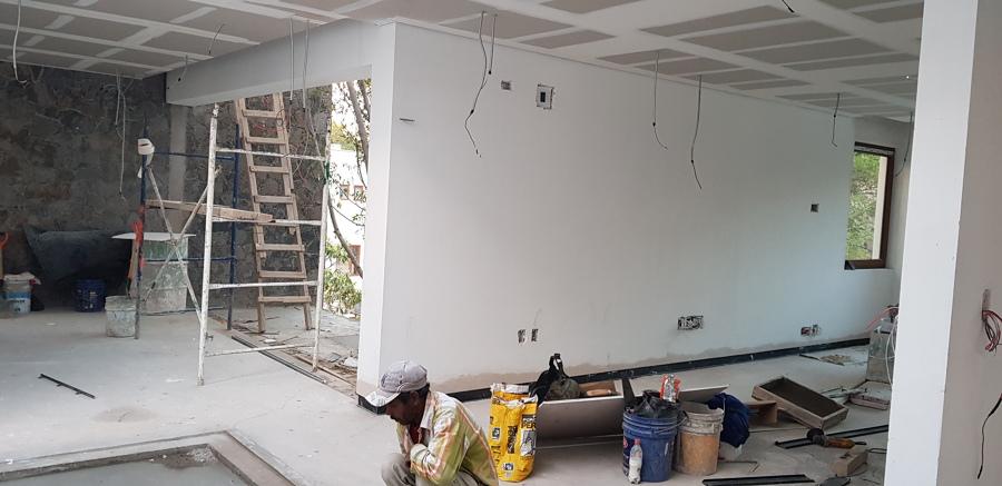 Recamara principal con sala de tv y balcón