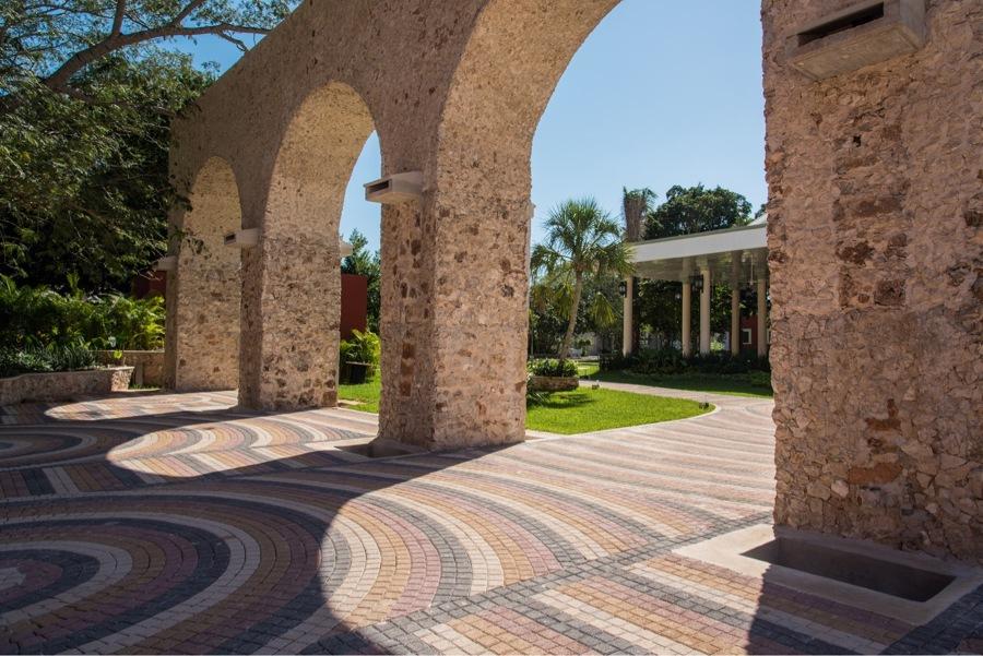Arcos de mampostería de piedra y piso de adoquines de colores