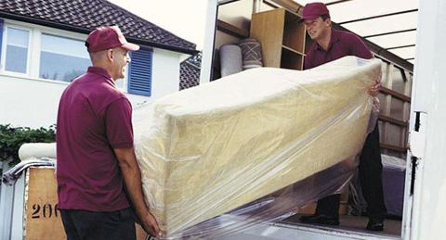 27827-mudanzas-benacantil-personas-cargando-mueble.jpg