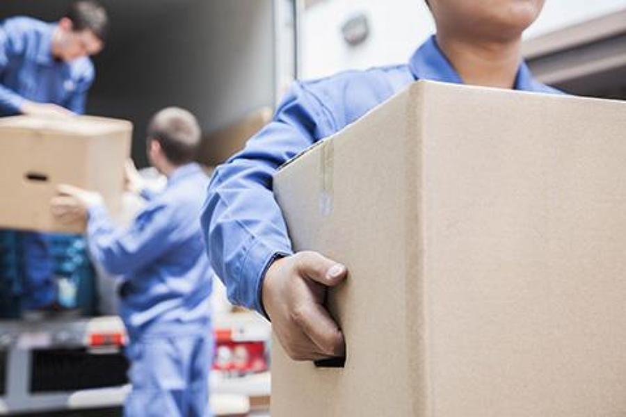 27863-mudanzas-benacantil-personas-cargando-cajas.jpg