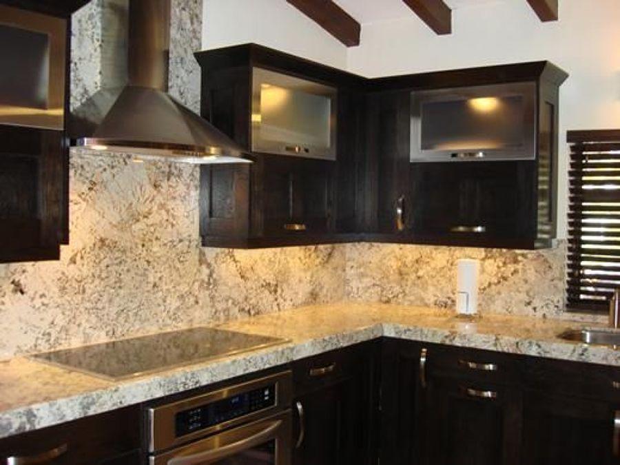 Foto cocina en granito color chocolate de fine natural for Cocinas en granito natural