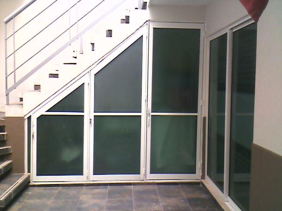 Foto 3 puertas abajo de las escaleras de vidrieria - Puertas para escaleras ...