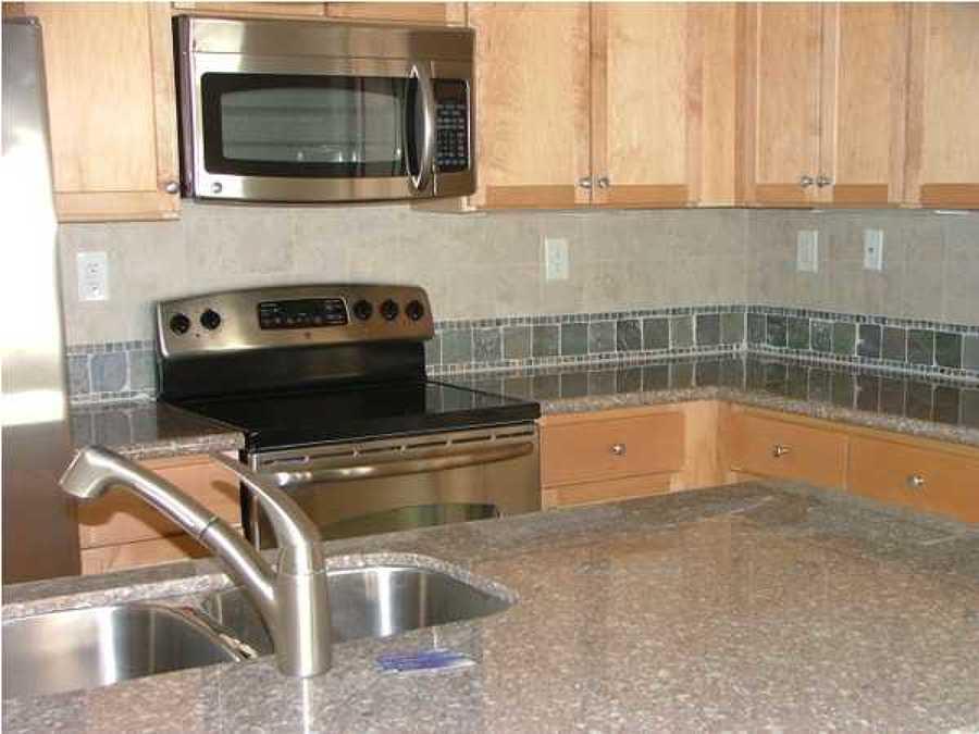 Foto cocina con salpicadero de piedra laja deramica de - Salpicadero cocina ...