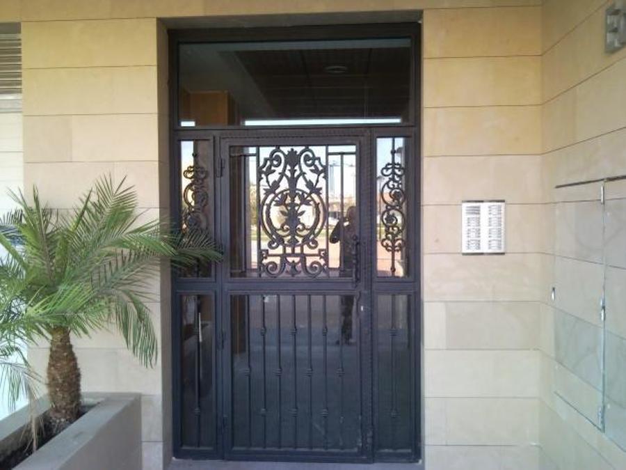 Foto puerta principal herreria y forja de acabados en for Modelos de puertas metalicas para exteriores