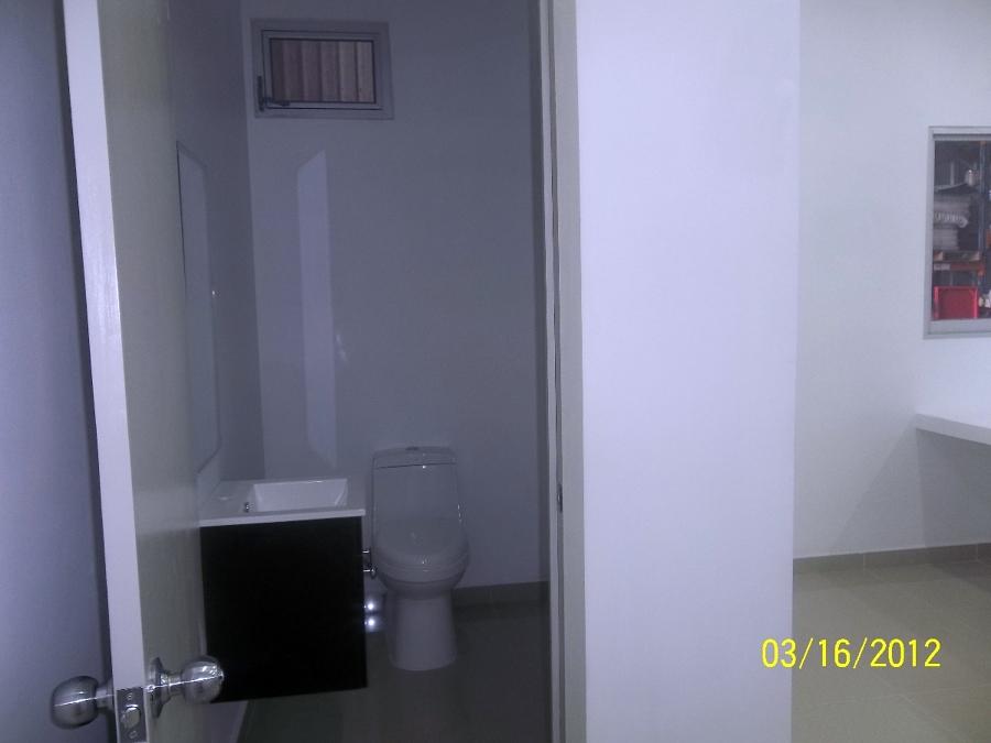 Foto ba o de oficinas de grupo instalador de for Banos modernos para oficinas