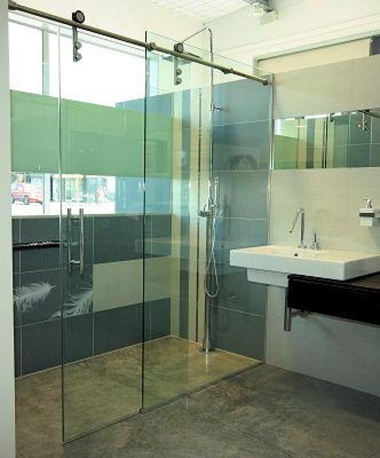 Puertas De Baño Templadas:Cancel corredizo en cristal templado de 10 mm, en sistema tubular, en