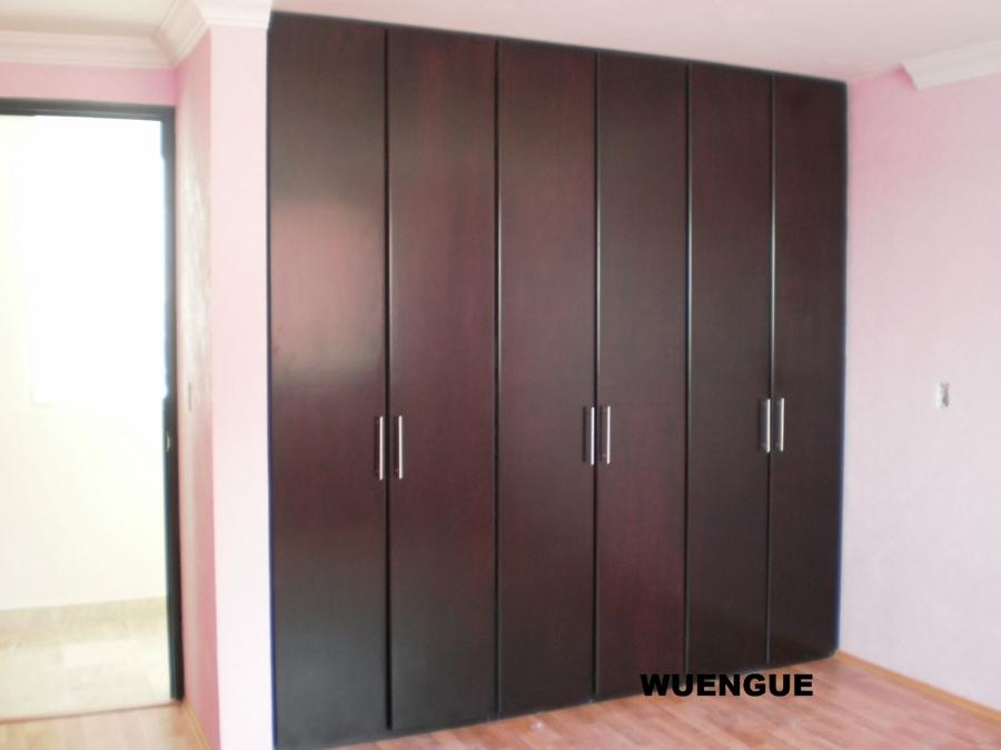 Foto closet color wuengue de beristain todo en madera for Closets de madera modernos economicos