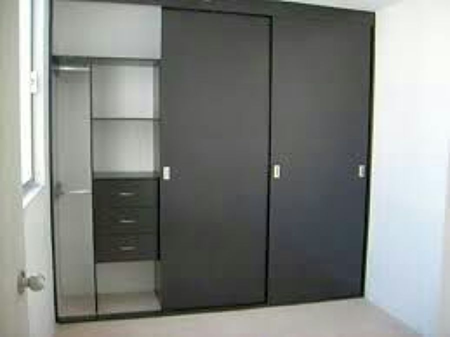 Foto closet corredizo basico de acabados residenciales y for Modelos de puertas para closet