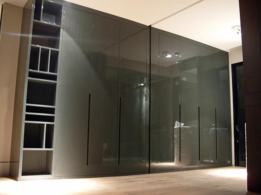 Foto closet en alto brillo de ebanisart 65262 habitissimo for Modelos de zapateras en closet