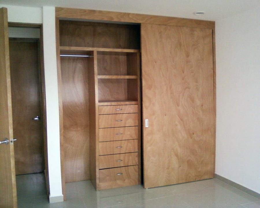 Foto closet ocume natural de beristain todo en madera for Disenos de zapateras para closet
