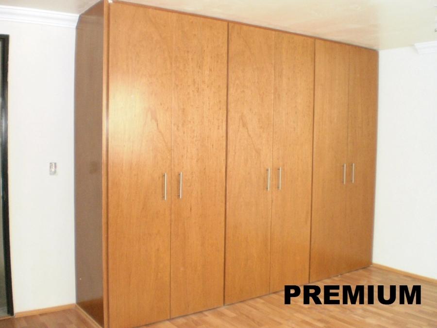 Foto closet puertas abatibles de beristain todo en madera for Puertas madera economicas