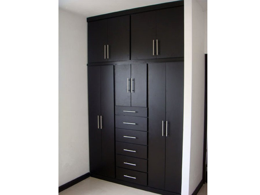Foto closets color chocolate de carpinteria residencial for Closet juveniles modernos