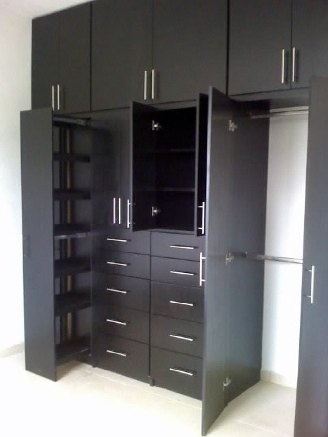 Foto closets color chocolate de carpinteria residencial for Closet minimalistas para recamaras