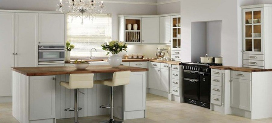 cocina blanca con cubierta de madera natural
