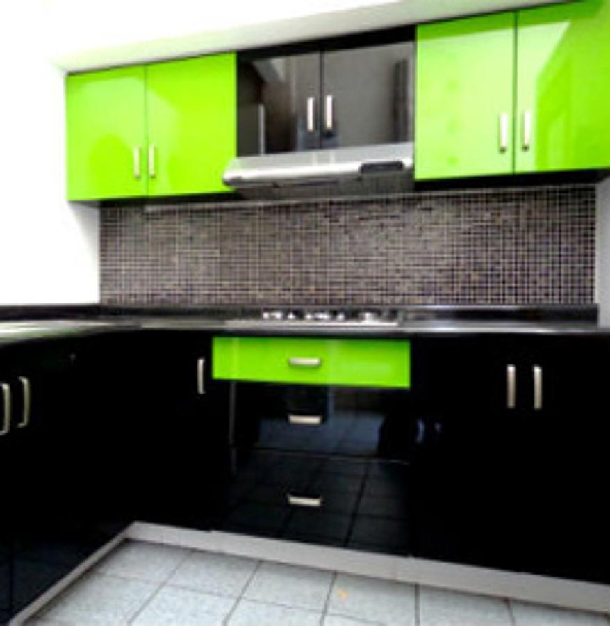 Foto cocina chocolate verde alto brillo de cocinas y for Cocinas integrales delher