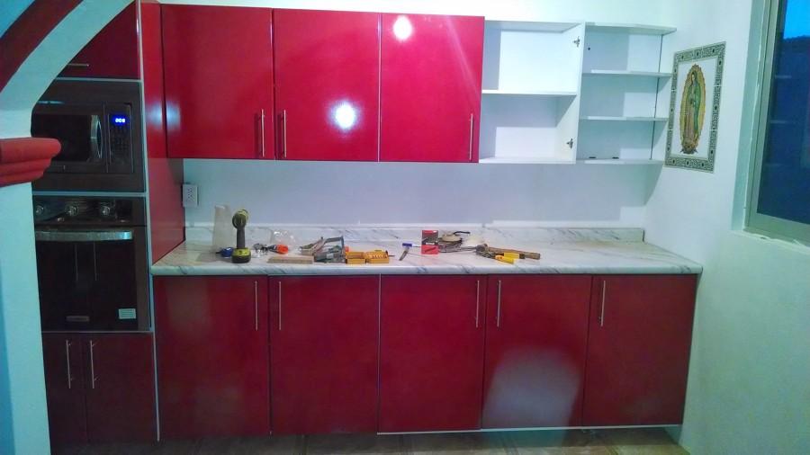 Foto cocina integral alto brillo rojo ferrari de acabados for Cocinas integrales en puebla