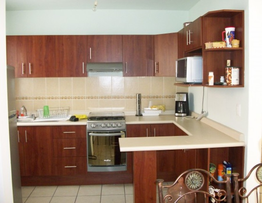 Foto cocina integral con barra de cocinas y closets del for Una cocina integral