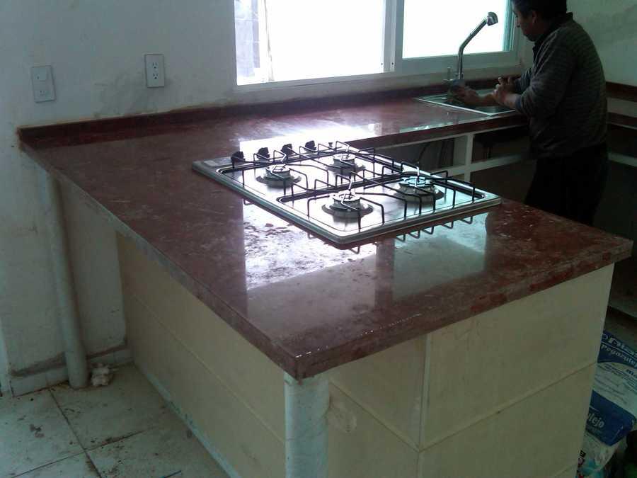 Foto cocina marmol rojo alicante de construcciones y for Casa de marmol y granito