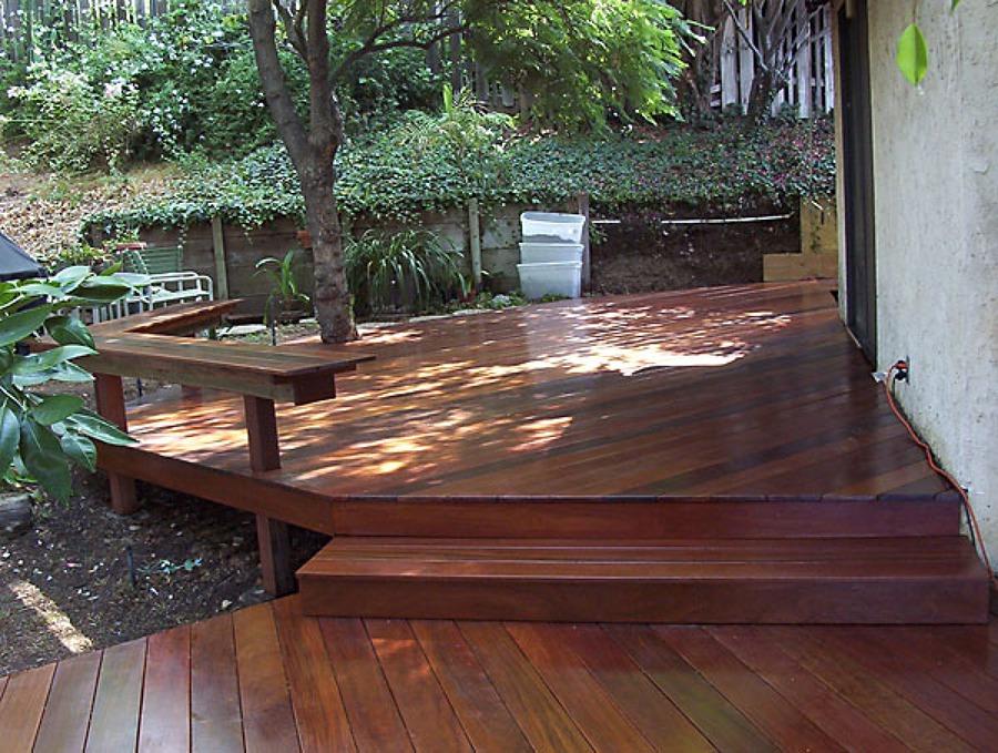 Foto doble terraza plataforma en desnivel de joran for Terrazas para jardin