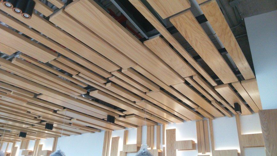 Foto acabados de plafones de madera de for Plafones de pared para escaleras