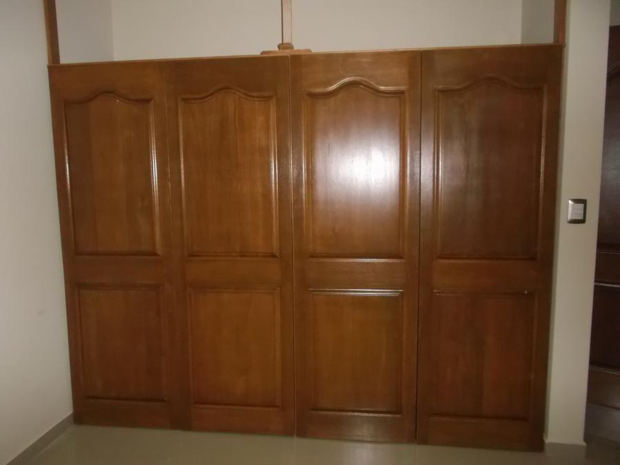 Foto closet con puertas de tablero de carpinteria jose for Puertas para closet minimalistas