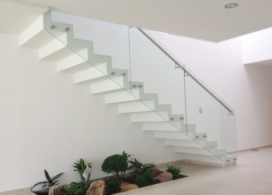 escaleras voladas con barandal de vidrio templado