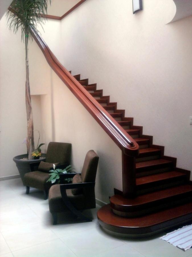 Escalera de Caoba Counter terminado semimate.