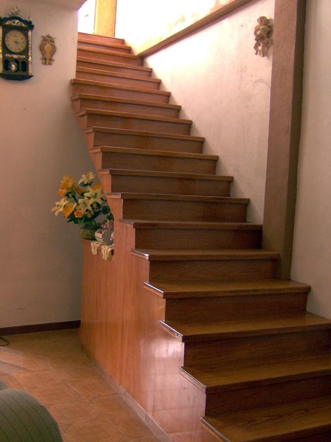 escalera de concreto forrada de madera
