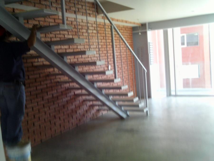 Foto escalera de herreria de roca y m s 9912 habitissimo - Escaleras rectas de interior ...