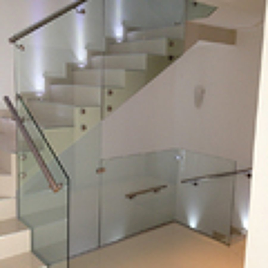 foto escalera moderna con medio ba o en parte baja de la