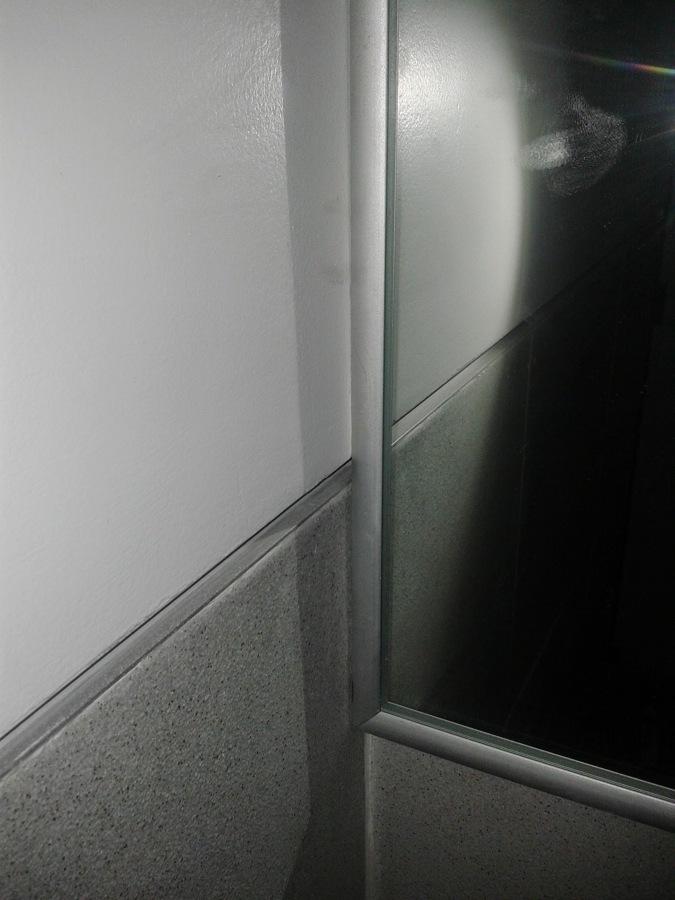 espejo y detalle en azulejo