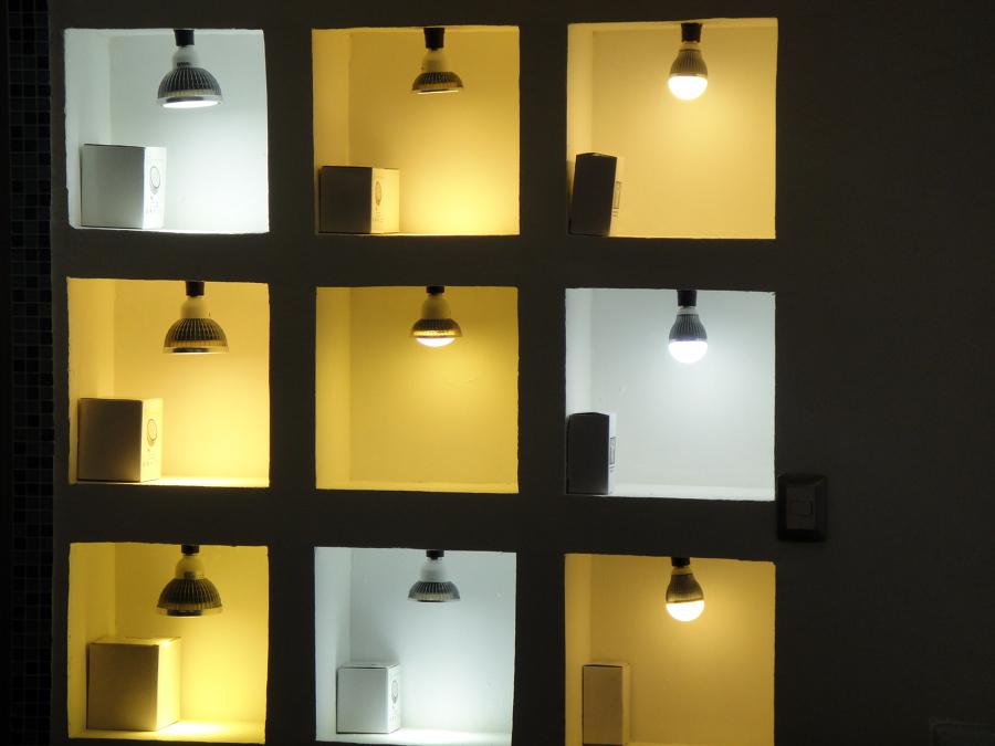 foto  exhibidor de diferentes tipos de luz de yapi sa de