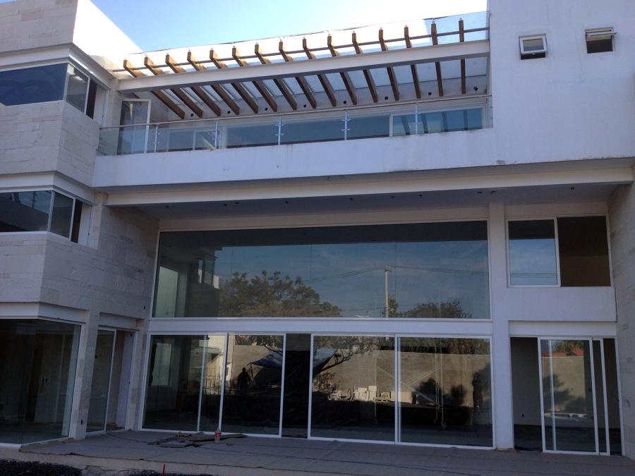 Foto fachadas en aluminio y cristal de babieka dise o for Casa minimalista cristal