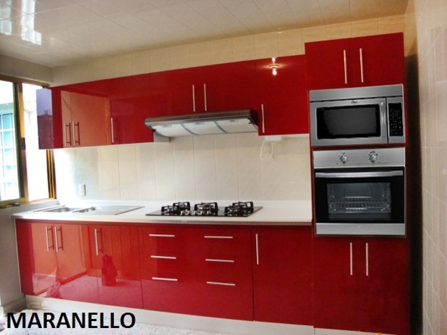 Foto hermosa cocina roja al alto brillo de cocinas y for Cocinas modernas para departamentos