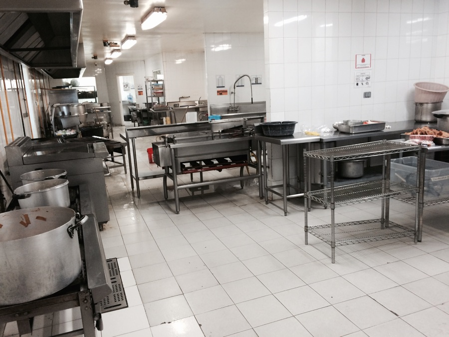 Foto: Instalación de Piso en Área de Cocina de Comedor Industrial de ...