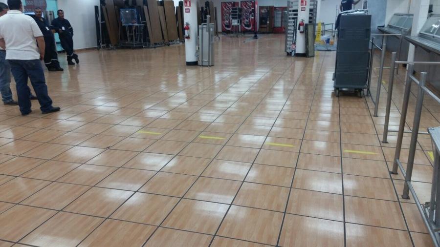 Limpieza de piso de comedor.