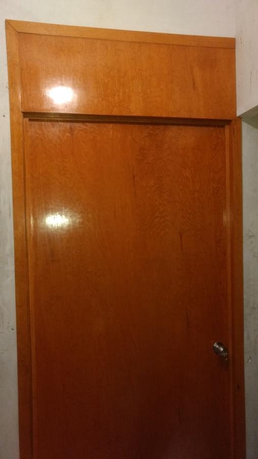 Foto puerta con antepecho de carpinter a y barniz d m for Puerta de madera con marco