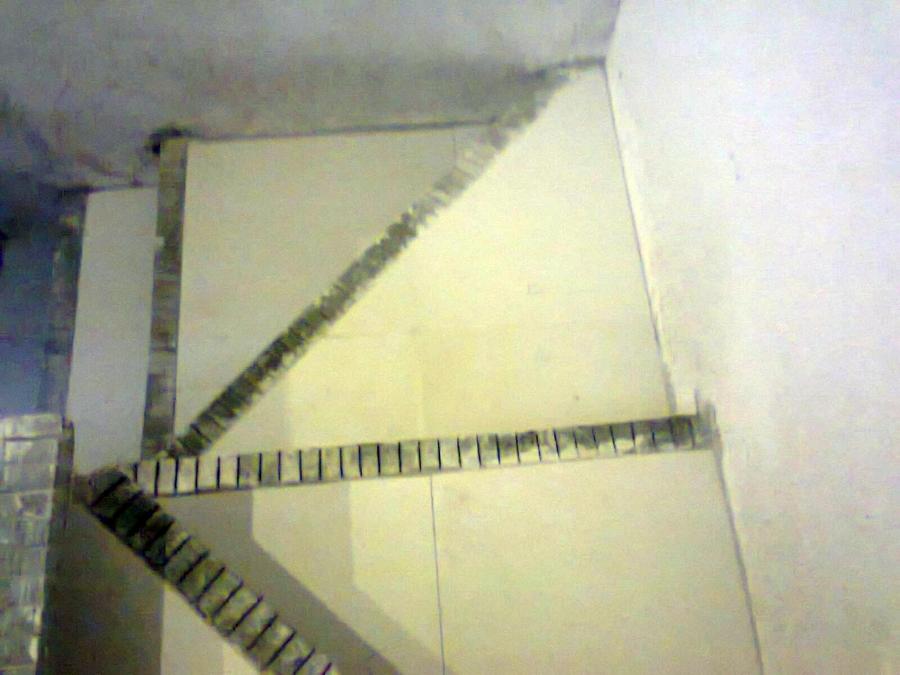 Foto loseta ceramica en escaleras de tu casa hogar for Como hacer una escalera con descanso