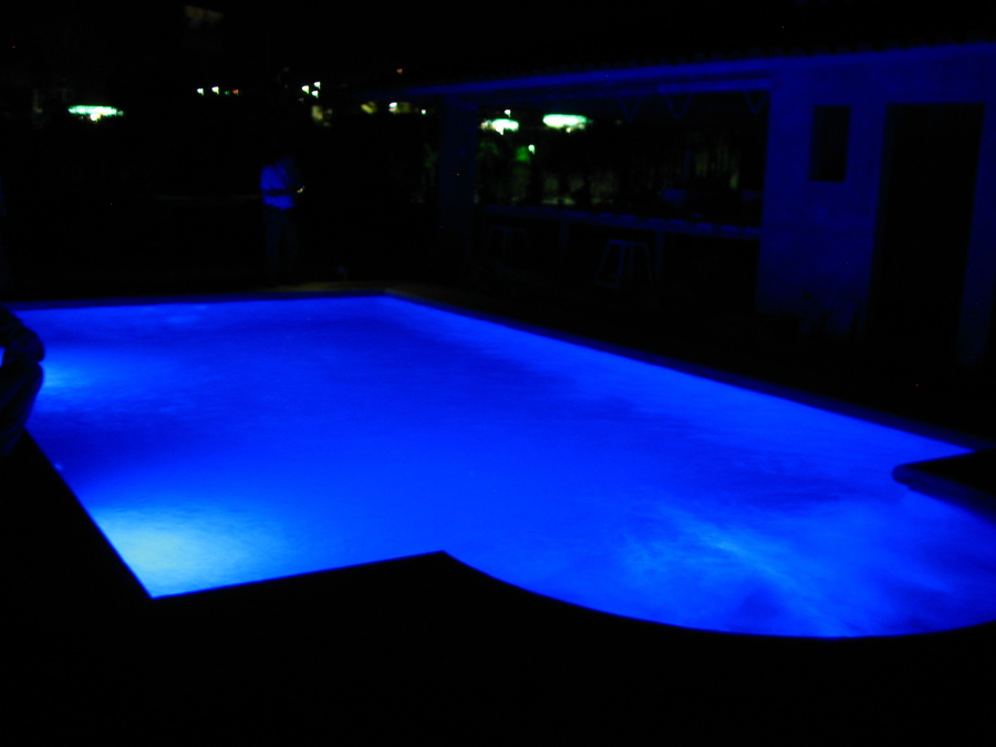 Foto luces led de colores en piscina de equipos e - Luces para piscina ...